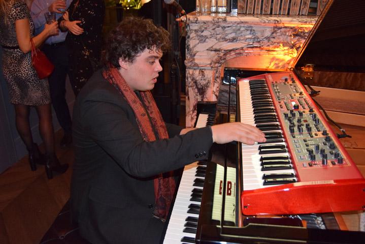 seagram s inaugura room mate juan sebastian pianista